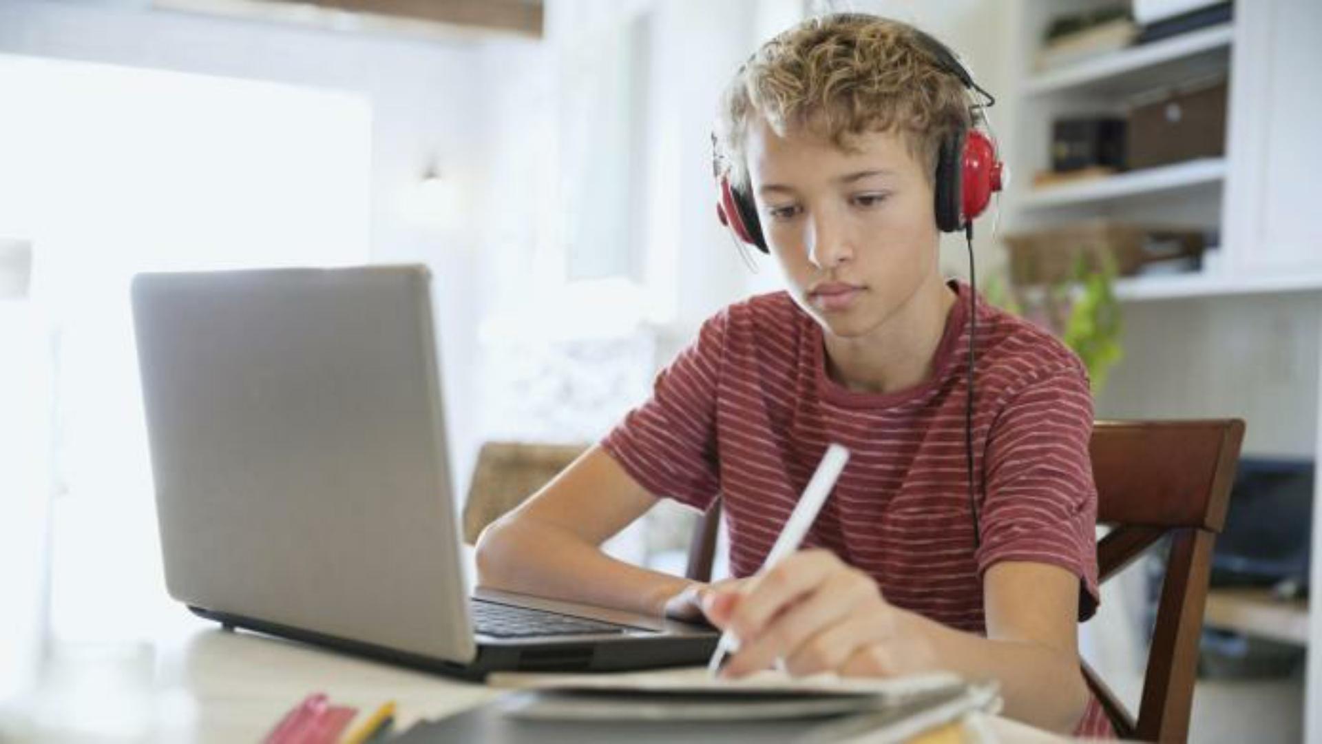 Orban a cerut ministrului Educației organizarea de cursuri online pe durata suspendării orelor în şcoli