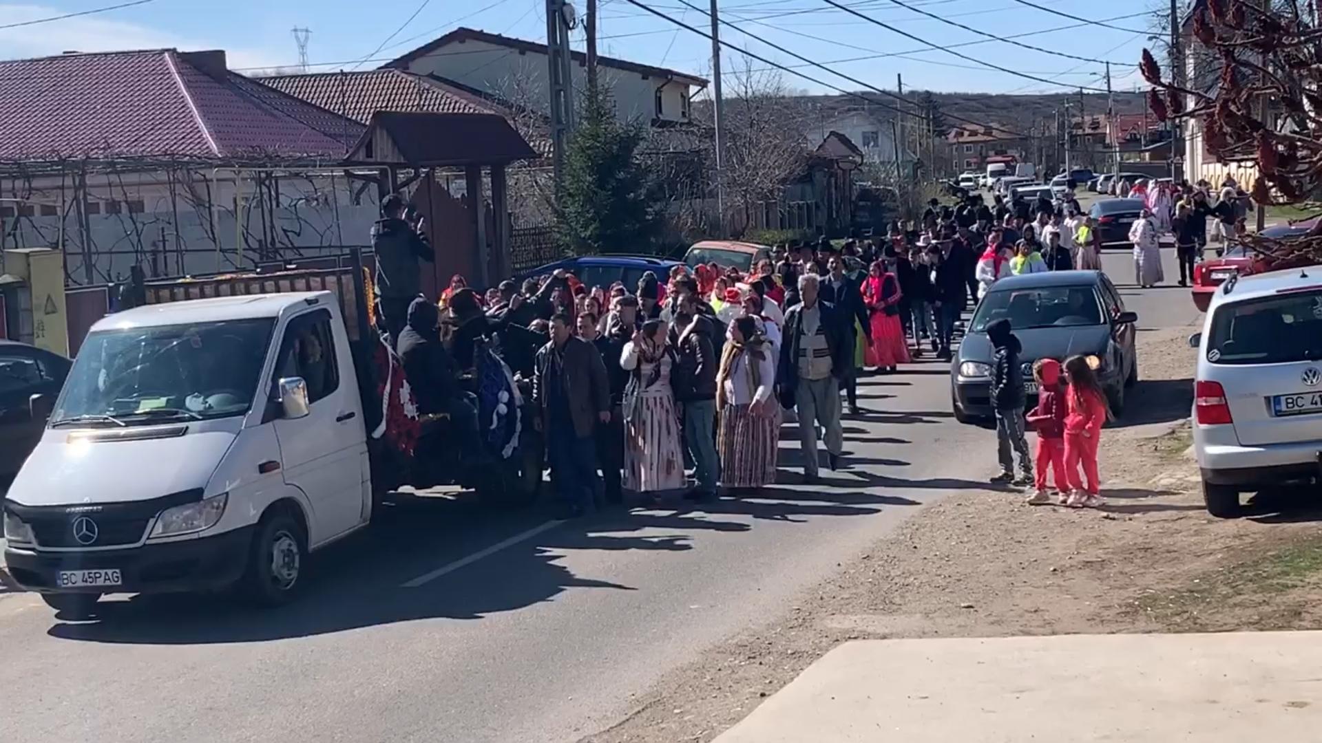 Video | Strazi blocate în Onești! Înmormantare cu fast, în plină pandemie națională!