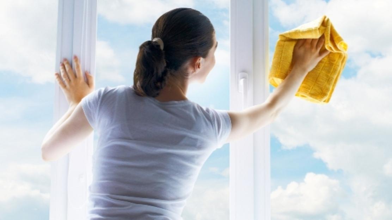 Nu știi cu ce soluții să mai cureți geamurile? Iată câteva idei simple pentru a avea geamuri impecabile