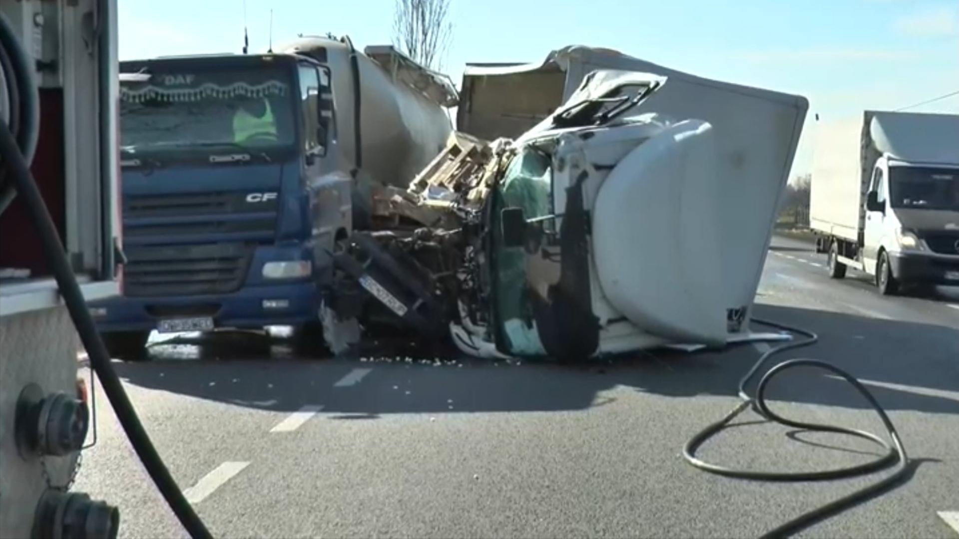 Foto | Accident cu victime în urma coliziunii între o autoutilitară și un autotren pe E85 județul Bacău