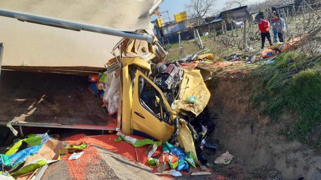 Impact frontal între un TIR și o autoutilitară pe E85, patru victime, printre care două rănite grav
