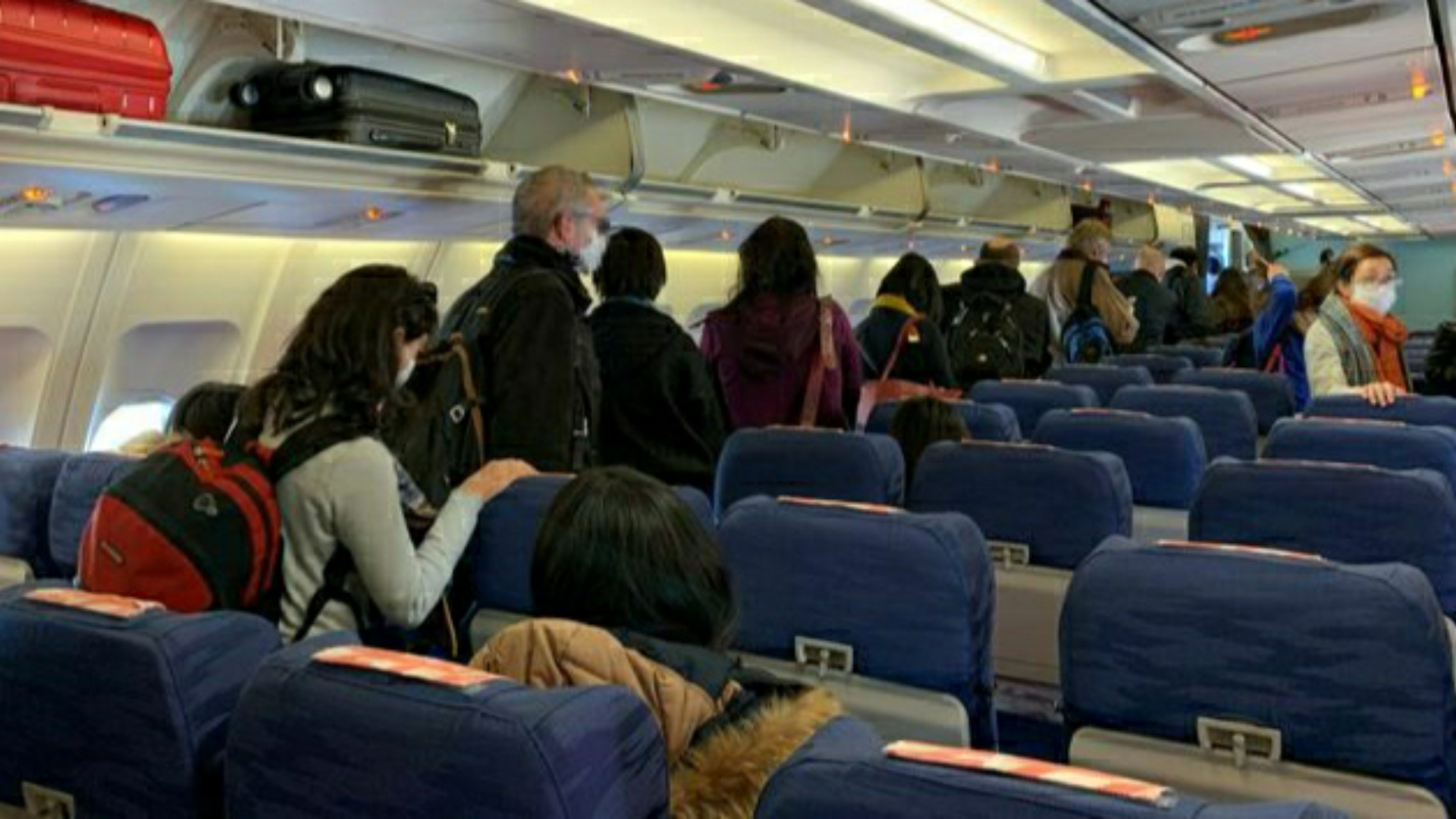 Un avion cu 184 români sosește din Veneția, Italia. Pasagerii vor fi duși într-un centru de carantină