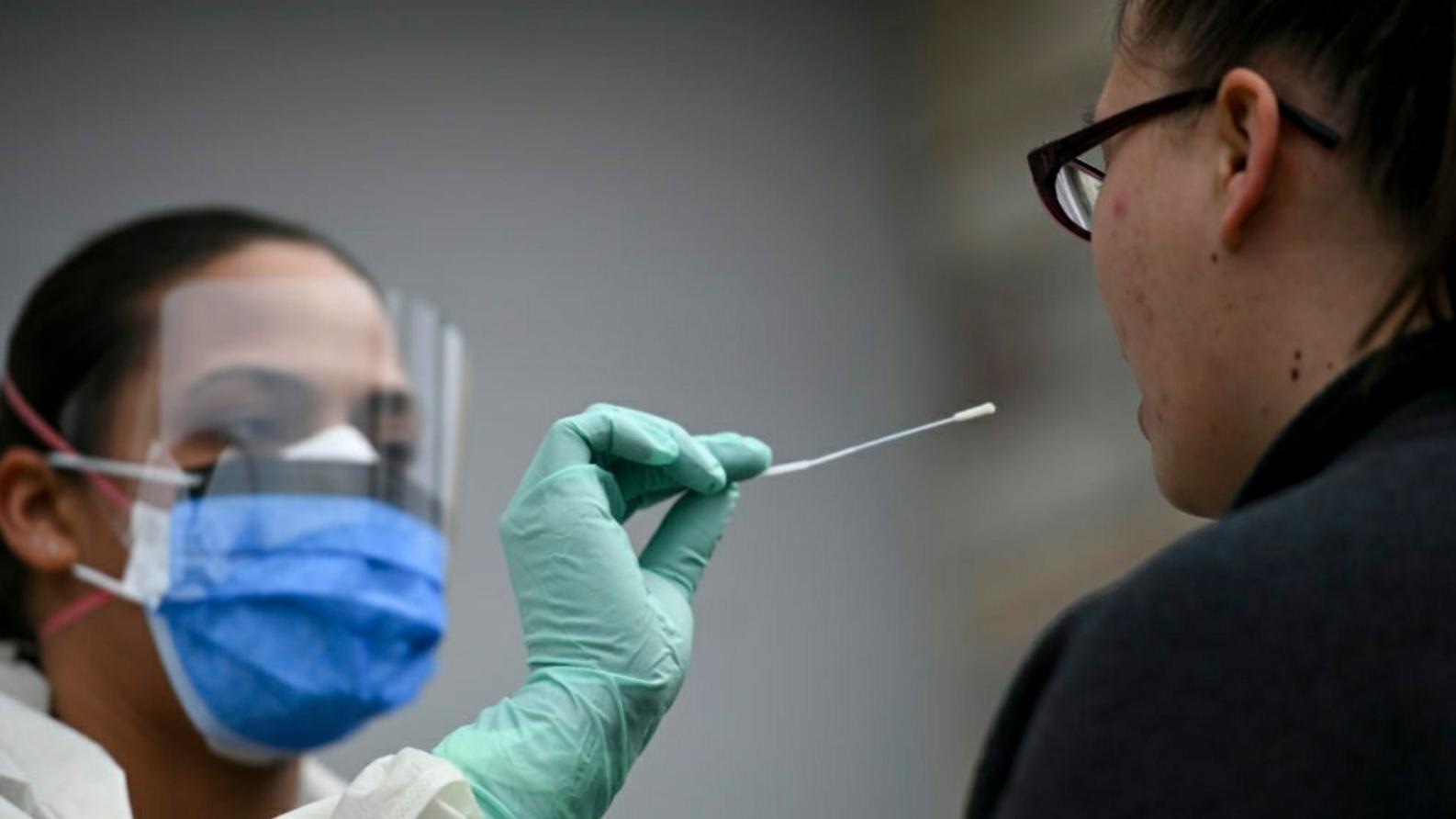 Medicii vor fi testați doar dacă prezintă simptome! Algoritmul de testare pentru COVID-19 s-a schimbat