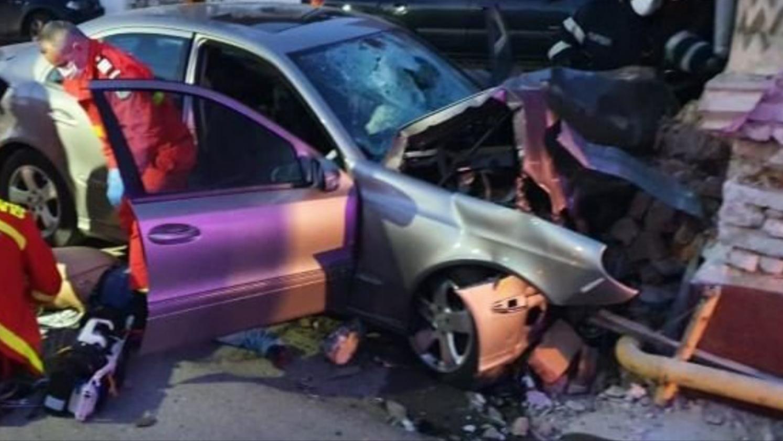 Foto | Accident mortal în Alba, un bărbat a murit după ce s-a izbit cu mașina de peretele unei case