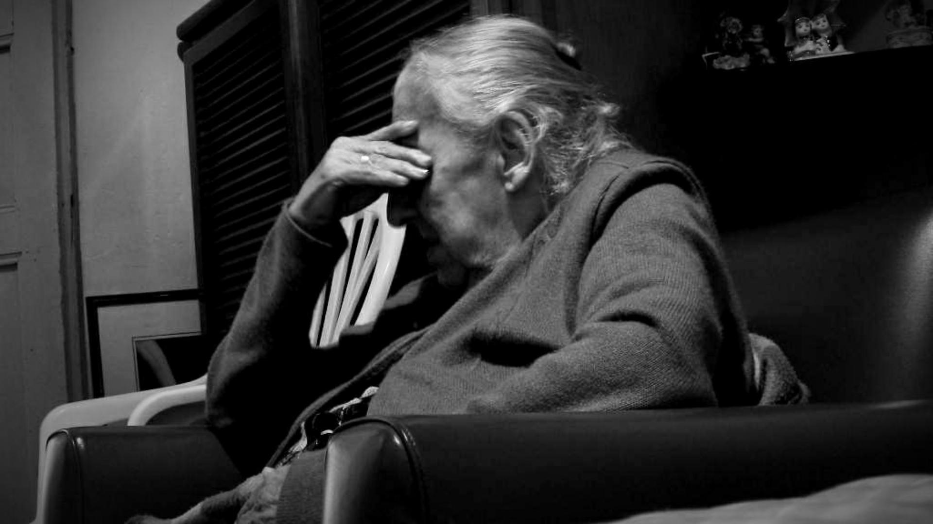 """O bătrânică din Brașov, izolată la domiciliu: """"Vă rog, îmi este foame! O pâine imi luați și mie vă dau banii când iau pensia"""""""