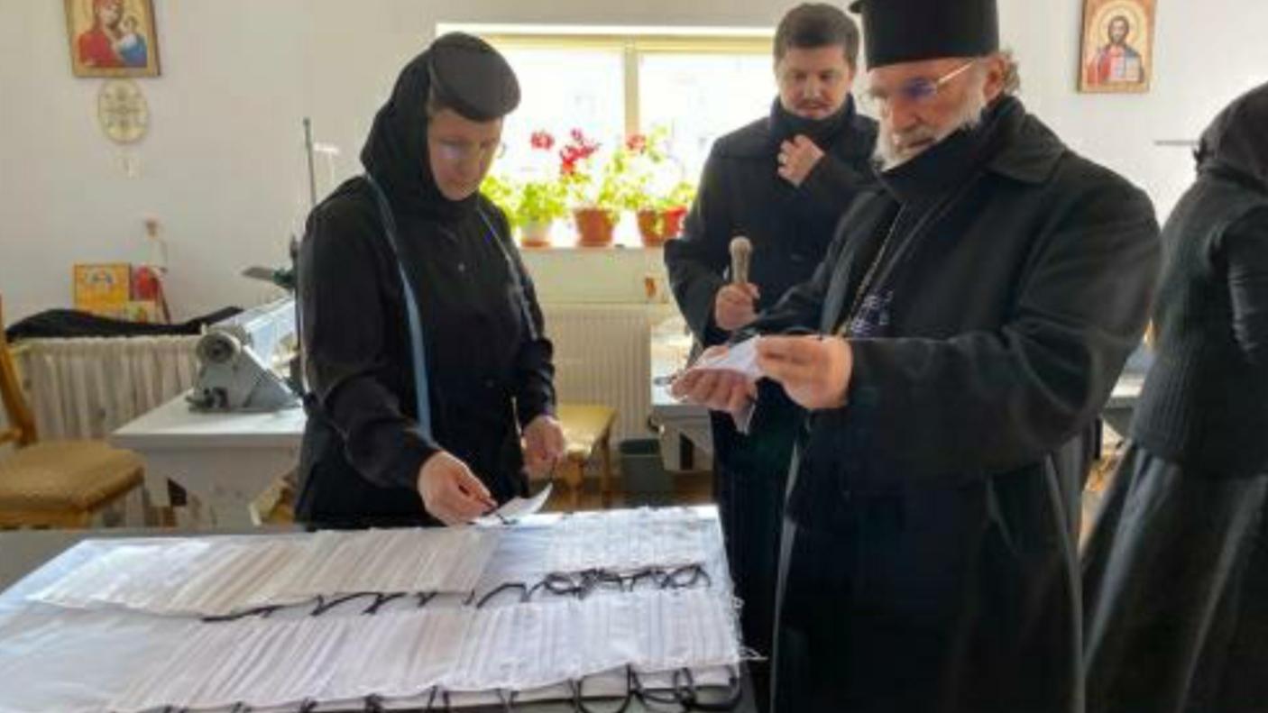 Arhiepiscopia Romanului și Bacăului a donat măști de protecție Spitalului din Buhuși. Măștile sunt confecționate în atelierul de croitorie al Centrului eparhial