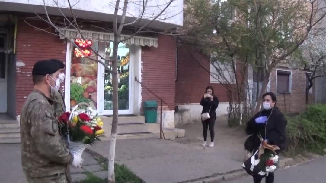 Video | Mihaela asistenta medicală hărțuită de vecini, întâmpinată de militari cu flori și aplauze