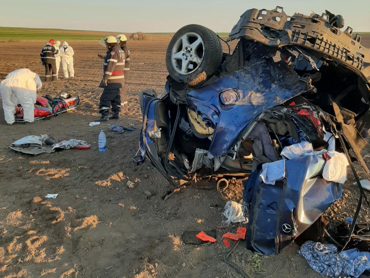 Foto | Viteza face victime în Constanța. S-a răsturnat cu mașina pe câmp de mai multe ori