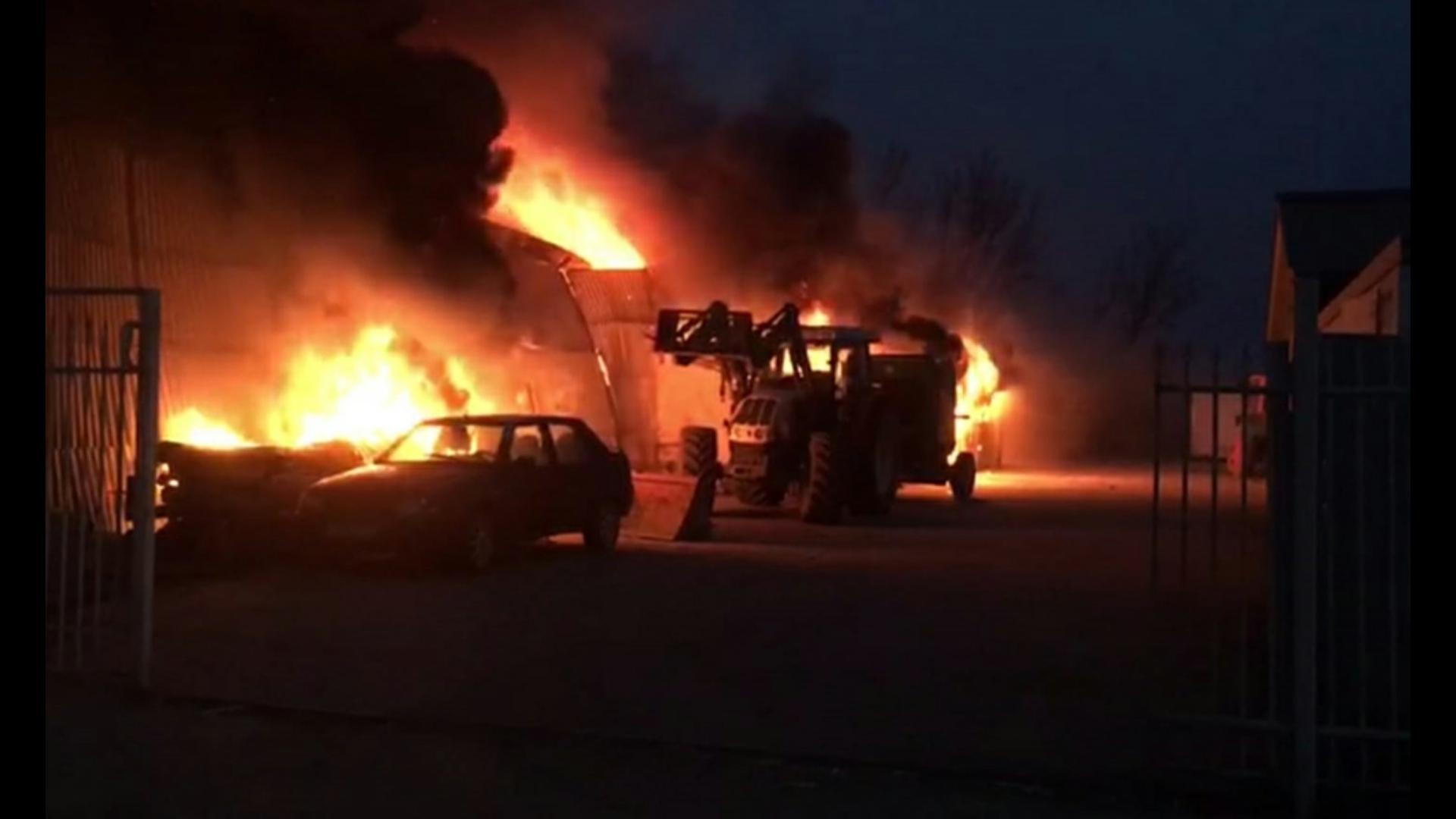 Incendiu de proporţii la o fermă din oraşul Amara, judeţul Ialomiţa. Un bărbat a decedat