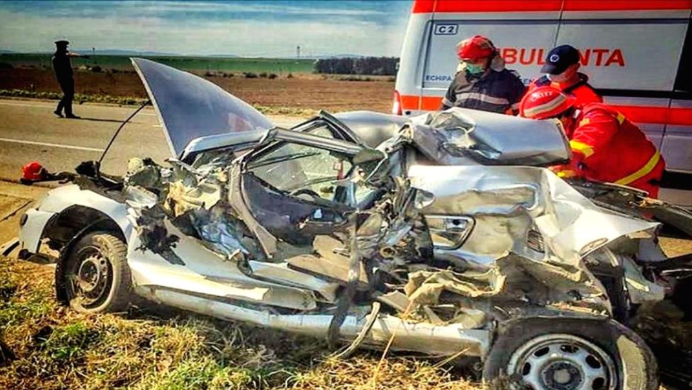 Bacău: Un tânăr grav rănit după ce mașina sa a fost izbită de un TIR